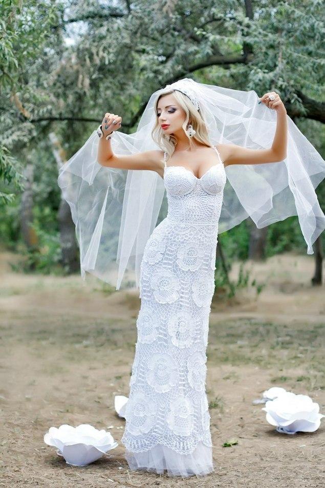 Нежно-нежное платье для невесты. Вяжем розы крючком