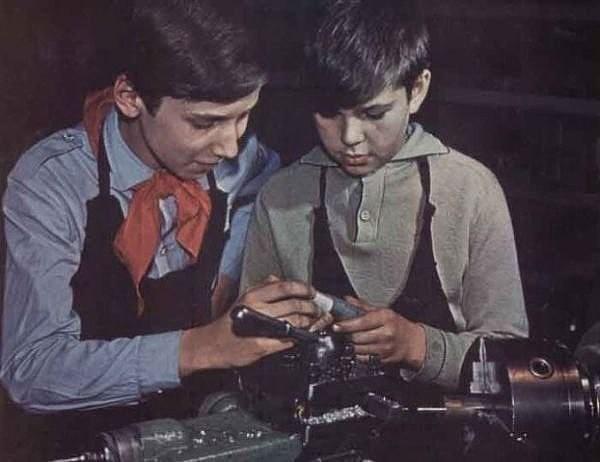 Научился сам научи и товарища К 1971 году в СССР работали 4 403 дворца и дома пионеров и школьников, свыше 7000 детских секторов при домах культуры, 1008 станций юных техников, 587 станций юных