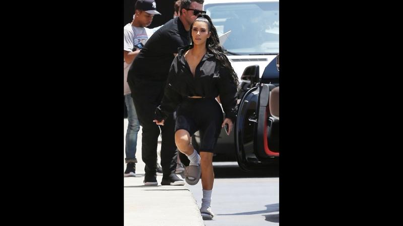 Ким Кардашьян дополнила повседневный образ носками и тапками