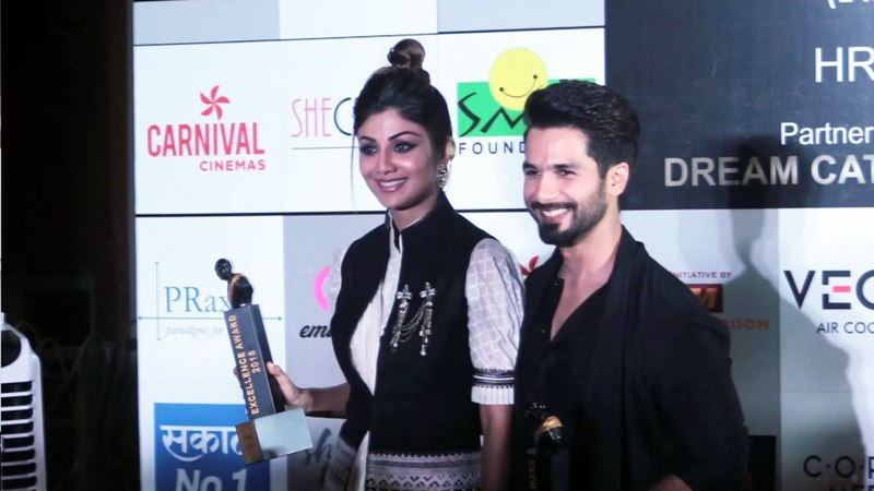 Shahid Kapoor And Shilpa Shetty Together Pose With Awards At Dadasaheb Phalke Awards 2018