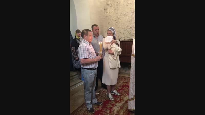 крестят в храме