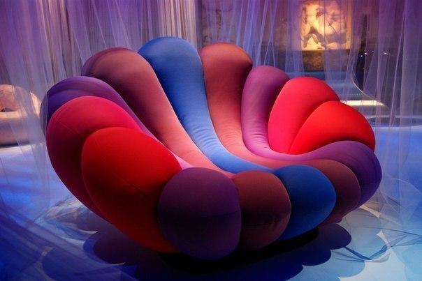Красочное удобное кресло