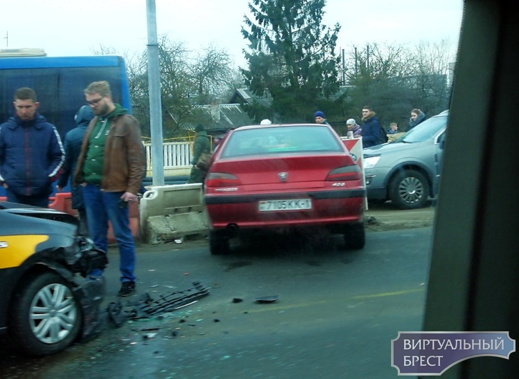 Перед Кобринским мостом водитель решил развернуться и конечно, поплатился за это