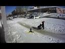 Огромный пласт снега упал в нескольких метрах от девушки с коляской Инцидент Барнаул