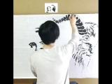 Талантливый художник рисует двумя руками одновременно