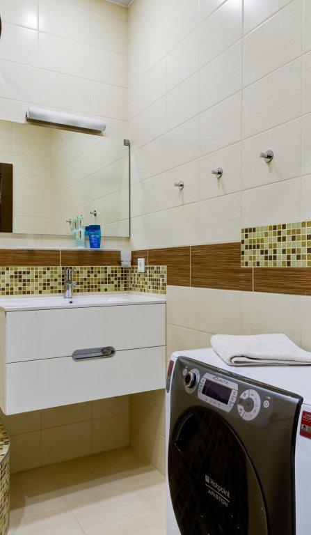 Интерьер квартиры-студии 33 м типовой прямоугольной планировки с элементами эко-стиля.
