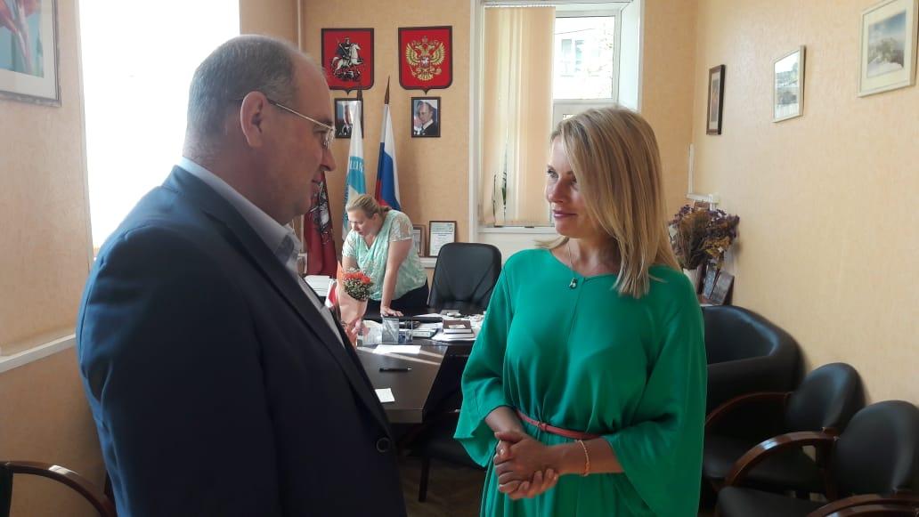 Глава управы встретился с директором школы №315. Фото: официальная страница Сергея Носкова в социальных сетях