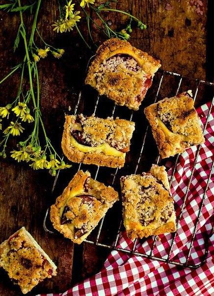 «Пирог со сливами, творожной начинкой и посыпкой»