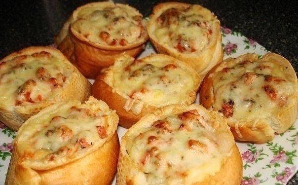 Пицца в батоне Ингредиенты: - батон, - помидор, - колбаса, - сыр, -