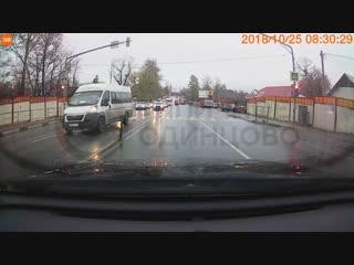 Маршрутка 102 проезжает на красный свет в Одинцово