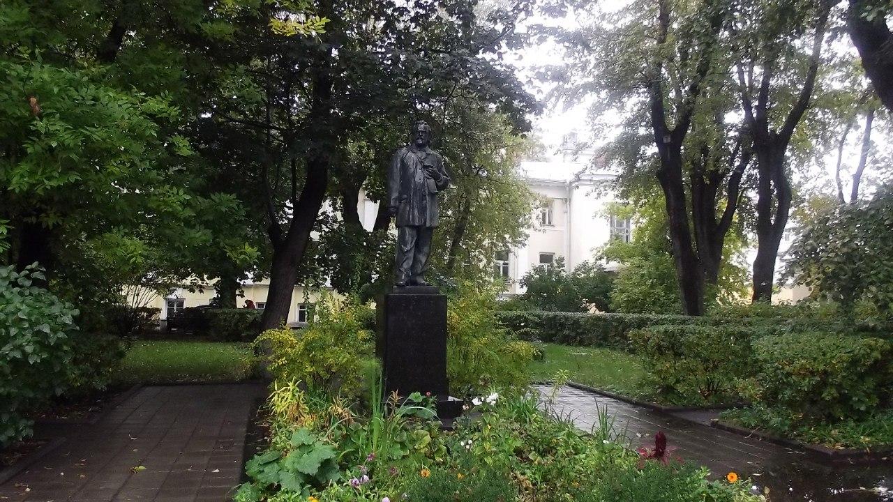 Памятник Герцену перед институтом