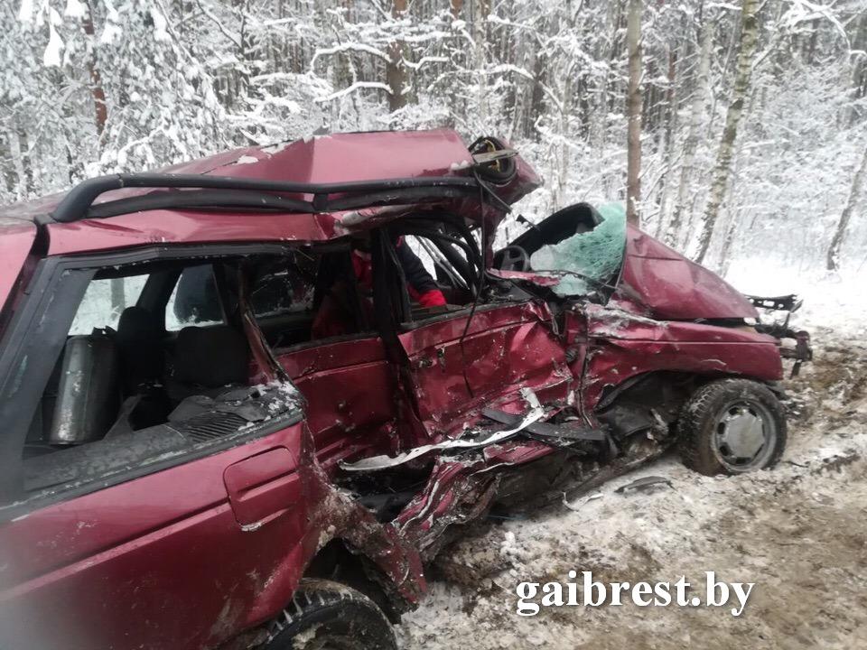 В результате лобового столкновения VW Passat с маршрутным такси погиб мужчина