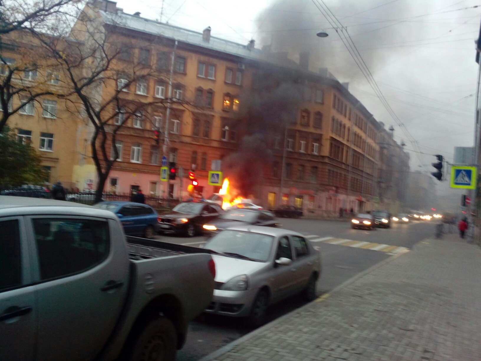 ВПетербурге Яндекс-такси врезалось в«Газель» изагорелось