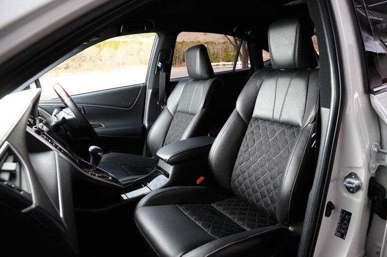 Передние сидения Toyota Harrier 2014 - средней жесткости.