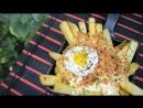 Печёный картофель, сырный соус, хлебная крошка с беконом и чесноком.