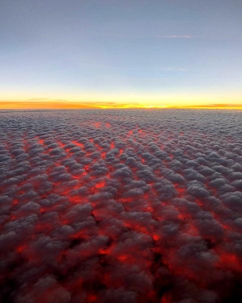Пролетая над слоисто-кучевыми облаками на закате (штат Гавайи, США)