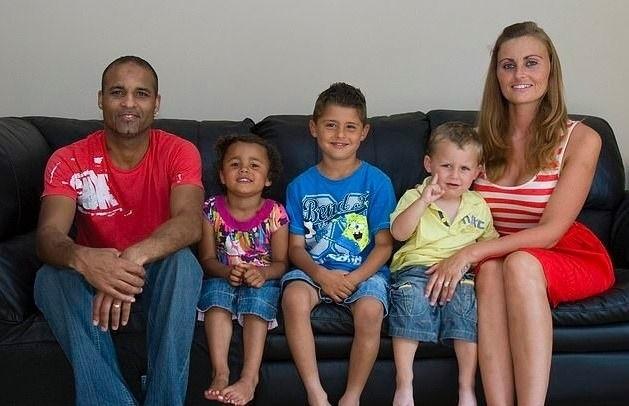 Родители одни и те же, а дети один темнокожий, другой светлокожий и мулатик.