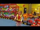 Кира в городе строителей, конструктор лего, катается на машине. Детские развлечения.