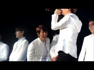 131123 ss5 Malaysia Donghae LOLing when Eunhyuk singing Down ^^