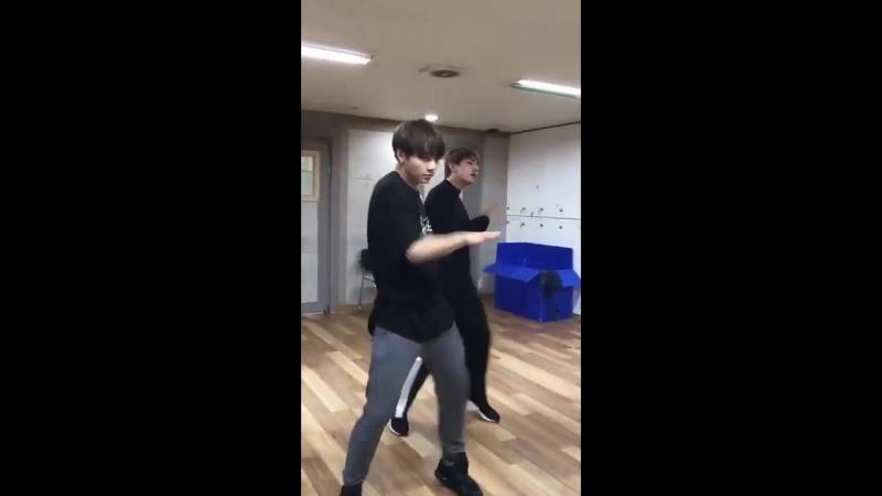 [v-s.mobi]Танец Чонгука Тэхёна и Хосока который заставит ваше сердца вздрогнуть!! BTS Dance Practice Rainism.mp4