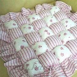Объемные подушки Объемные подушки для стульев и пола это красиво, удобно, мягко и довольно быстро и просто сделать самому. Объемные подушки своими руками мастер – класс: 1. Для того, чтобы сделать для стула подушку необходимо сначала взять кусок понравившейся нам ткани. Прекрасно подойдут старые простыни, наволочки, пододеяльники, отлично смотрятся и подушки из ткани плюша. 2. Затем измеряем ширину и длину нашего стула и нарезаем полоски ткани на нужную нам длину. Чем шире нарезаны полоски,…