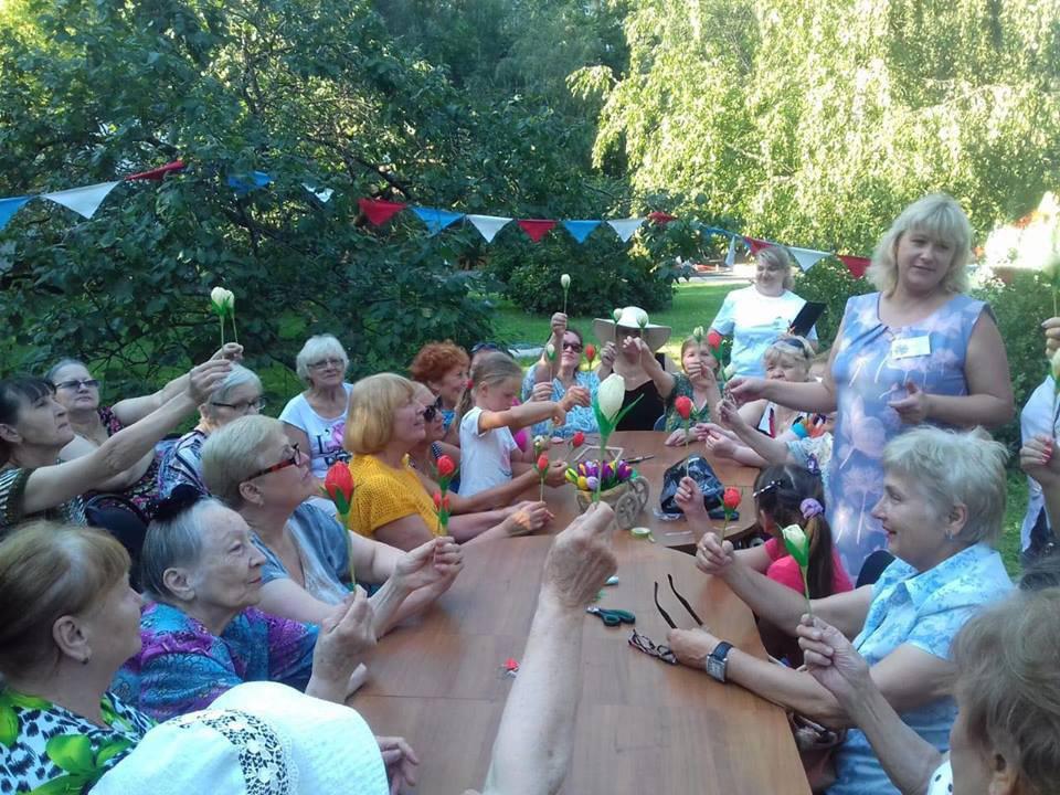 Бумажные тюльпаны смастерили участники «Московского долголетия» в Лианозове