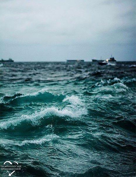 Каждый человек, как океан. Знакомые заходят только по щиколотку. Друзья забегают по пояс… И тут же выходят. Лучшие друзья заходят по плечи… И даже способны доплыть до буйков. Но лишь те, кто нас любит… способны заплыть за буйки… И даже утонуть внутри нас….