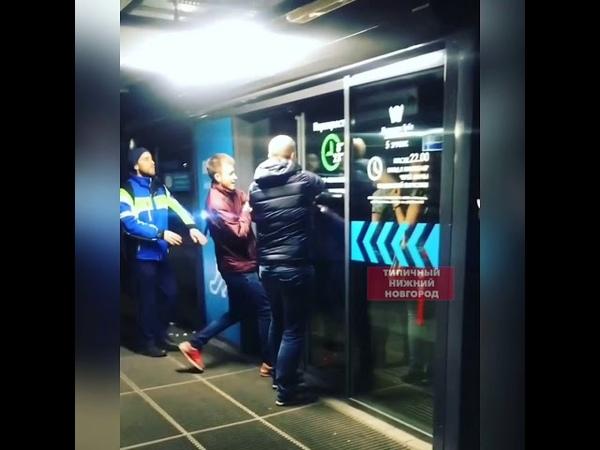 ▶ Посетители ломали запертые двери, чтобы эвакуироваться из торгового центра «Небо»