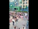 Мальчики танцуют против девочек