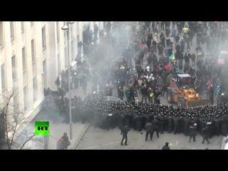 Оппозиционный бульдозер на штурме здания администрации президента Украины