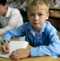 Школьники с интересом слушают гимны Молдовы и Белоруссии, изучают флаги...