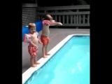 гифки-мама-дети-бассейн-4598031
