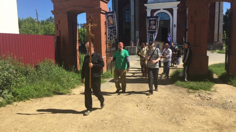 Выход царского крестного хода «За жизнь и семью» из Троицкого собора Невьянска
