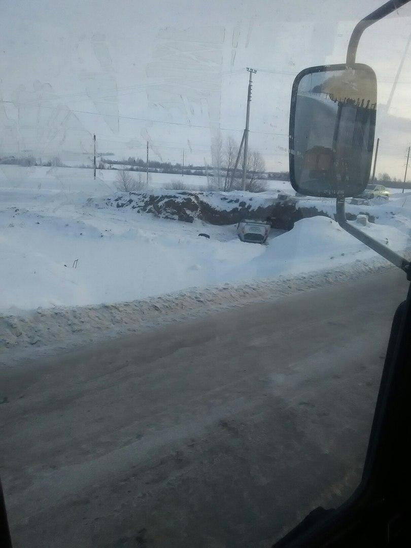 Соцсети: В Башкирии легковушка упала с моста на крышу