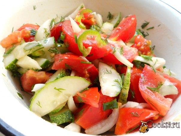 Салат из огурцов, помидоров и острого перца Простой и очень вкусный салат для любителей остренького.