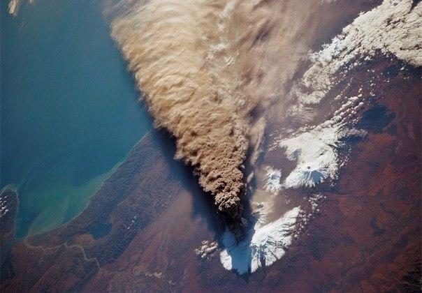Так выглядит извержение вулкана из космоса