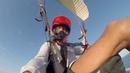 Летаю на параплане над пляжем Pandawa в Индонезии
