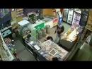 Видео не для слабонервых, мы не шутим. В Самаре грабитель напал на магазин с кухонным ножом и изрезал двух женщин.