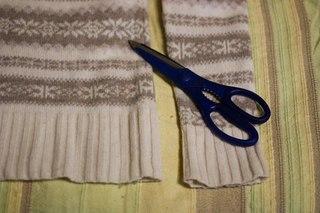 2. вырезаю из рукавов формы варежек.  Завалялся старый свитер дома.  Не спешите выбрасывать, из него можно сделать...