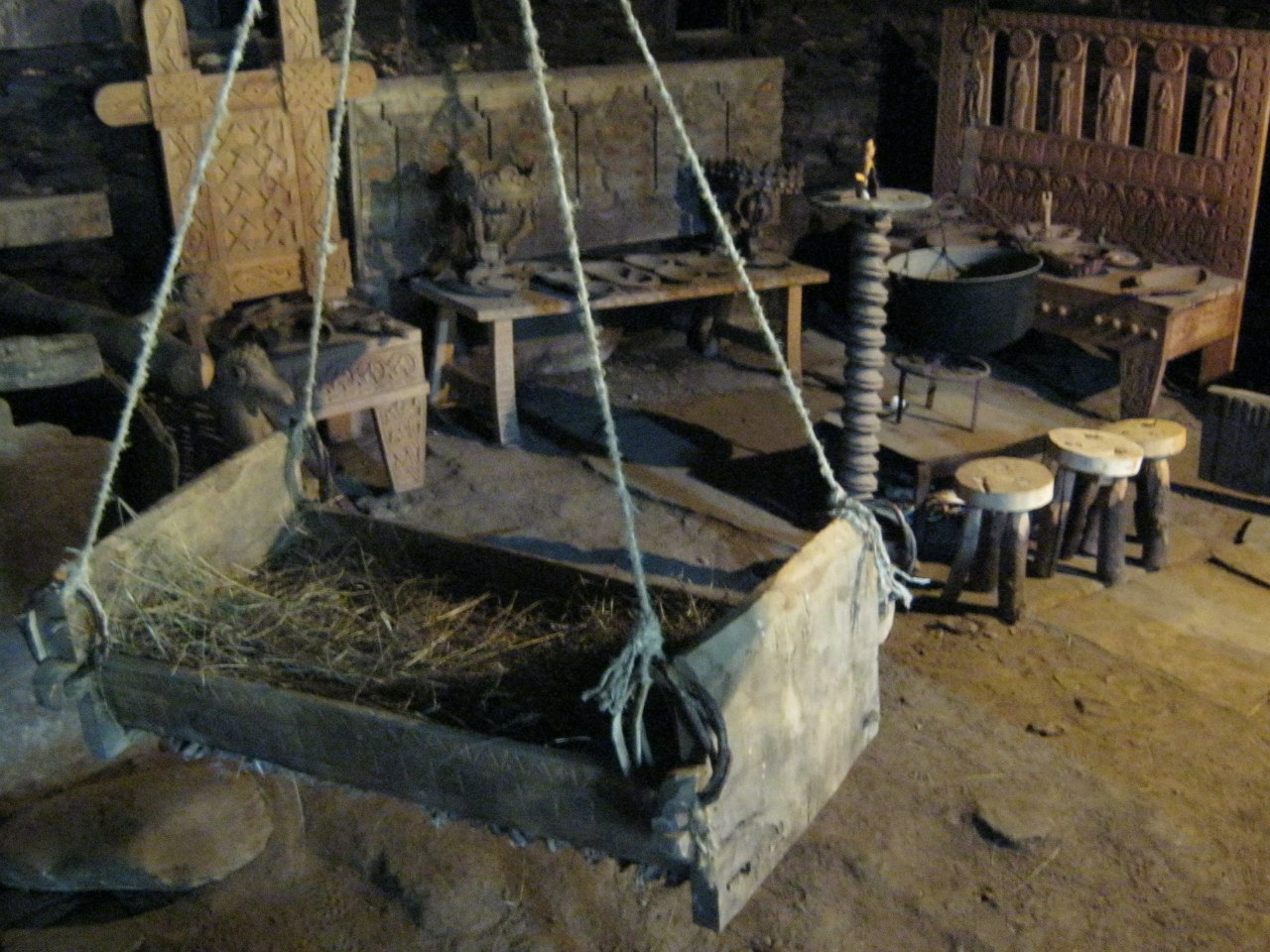 Традиционное устройство сванских домов. Два этажа арок с резьбой по дереву. Это в частном музее в доме 14 века в селе Ушгули.