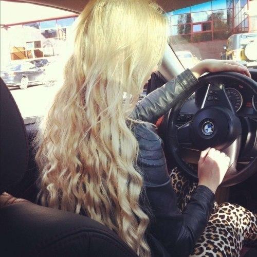 девушка блондинка за рулем фото со спины