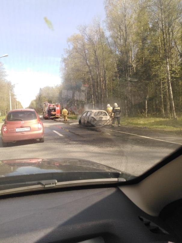 На Приморском шоссе за Лисьим Носом в сторону города сгорела машина. Еще когда з...