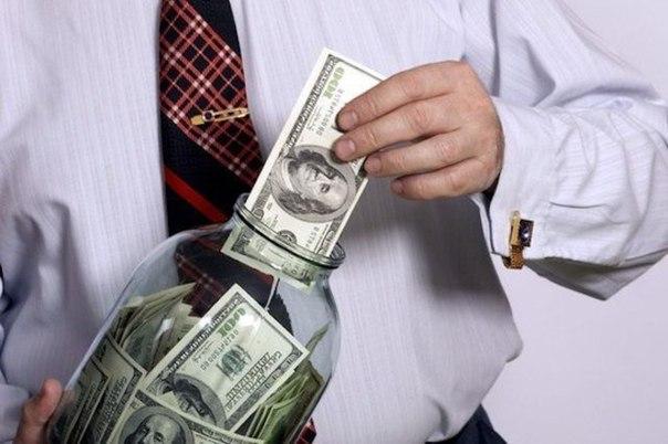 У левшей деньги обычно лежат в правом внутреннем кармане, а у правшей - в левом....