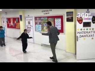 Учитель танцует со своими учениками