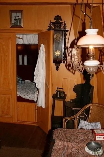 Хочешь спать Иди в шкаф! До начало 20-го века в Европе люди спали в шкафу. Спали сидя, а точнее, полусидя, подложив под торс подушки, и ложась на них примерно под углом 45 градусов. Поэтому