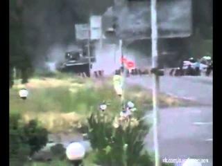 Новое. Нацгвардия расстреливает  машину на блок-посту у  Краснянки. 22.05.2014.