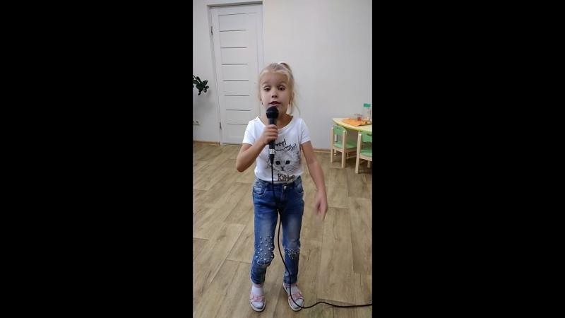 Мируся поёт песню на уроке
