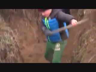 В Мариуполе детей-сирот заставили рыть окопы