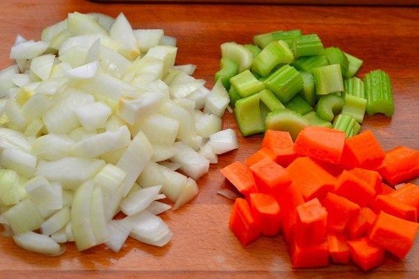 Курица, запеченная в духовке Что нужно: Курица 1,5 кгСоль по вкусуПерец по вкусуЛук репчатый 2 шт.Морковь 1 шт.Сельдерей 3 стебляБечевка для связыванияЧто делать: 1. Подготовьте ингредиенты.2.