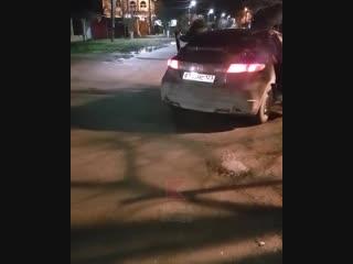 В Краснодаре мужики из проезжающей машины выбросили мусор прямо на проезжую часть.